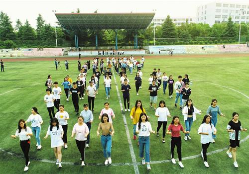 随州职业技术学院参加寻根节拜祖大典仪式的学生,加紧开幕式方阵