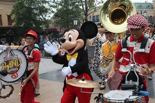 """""""米奇""""和上海迪士尼乐园乐队在乐园内巡游表演"""