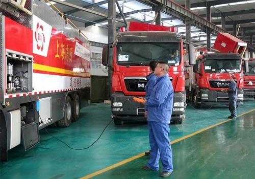 新兴重工湖北三六一一机械有限公司员工对特种消防车辆进行出厂检测.