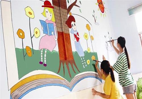 樊西教工幼儿园的老师正在墙壁上绘制卡通画.图为通讯员提供